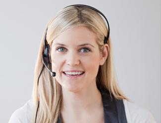 pige_med_headset_kigger_lige_frem